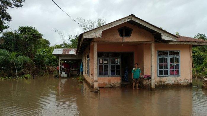 Rumah Warganya Tergenang Air, Ini yang Dilakukan Perangkat Desa Suka Mandi