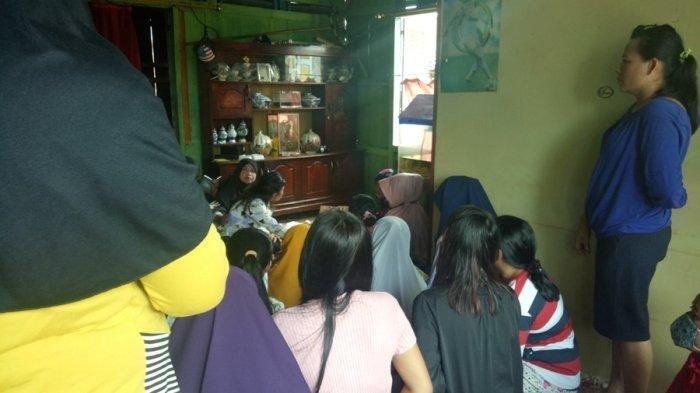 Suasana rumah duka almarhum Yuliana di Jalan Kol Wahid Hasyim lorong abadi, kelurahan 3-4 ulu RT 41 Kelurahan SU 1.