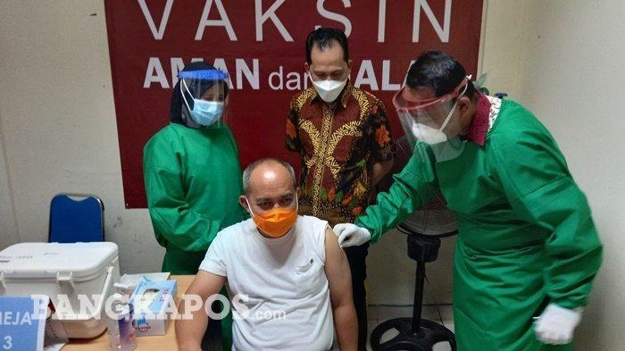 Wali Kota Pangkalpinang Maulan Aklil (Molen) saat disuntik vaksin tahap kedua di RSUD Depati Hamzah, Jumat (29/1/2021)