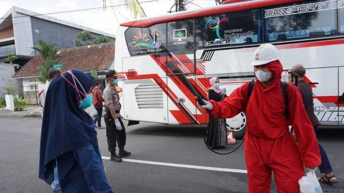 Pesta Pernihakan Dihentikan Polisi, Tamu dan Barang Bawaan Disemprot Disinfektan Antisipasi Covid-19