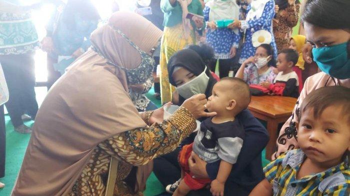 Cafe Sehat Dukung Pemenuhan Gizi pada Anak Usia Dini - tamu-undangan-menyuapi-makanan-sehat-kepada.jpg