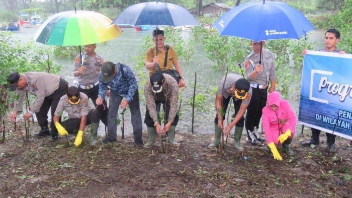 Hari Sejuta Pohon Sedunia, Polres Belitung Timur Tanam Mangrove di Pantai Nyiur Melambai Manggar