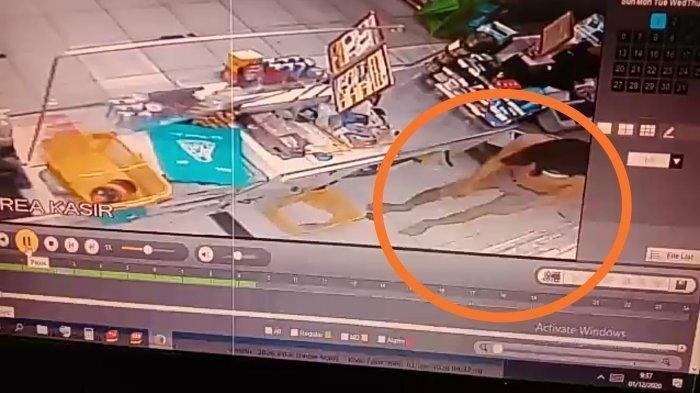 Pencuri Berkolor Saat Beraksi Bobol Minimarket Terungkap Dari Layar CCTV