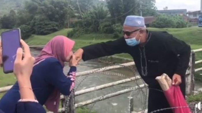 Viral Video Kisah Haru Abang dan Adik yang Tengah Bersalaman Lebaran Terhalang Kawat Berduri ini