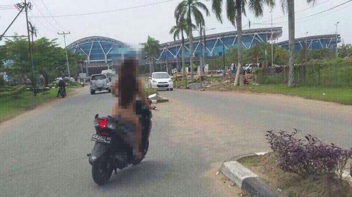 Astaga! Wanita Tanpa Busana Berkendara Sepeda Motor di Bandara Supadio