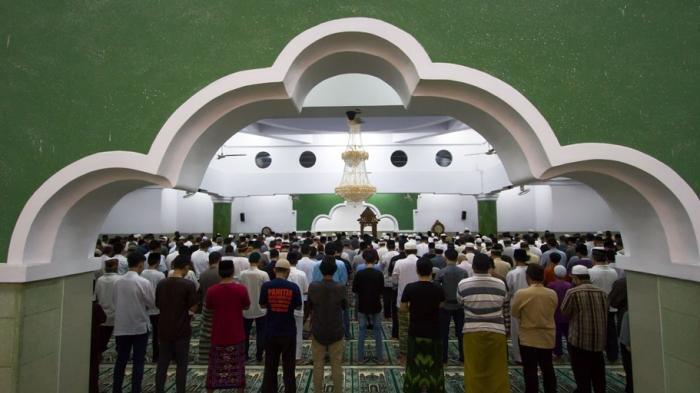 Penerapan PSBB, Beberapa Masjid Tetap Laksanakan Salat Tarawih, Hingga Ada yang Matikan Lampu Masjid