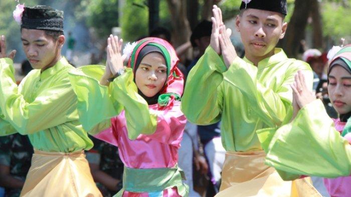 Wakil Bupati Belitung Timur Buka Selamat Laut, Ritual Adat di Pantai Gusong Cine - tarian-selamat-datang-dari-sanggar-tari-kembang-kundor-gantung_20180409_102935.jpg