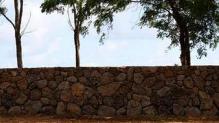 Tembok di Tanah Milik Bos Facebook Dikeluhkan Warga