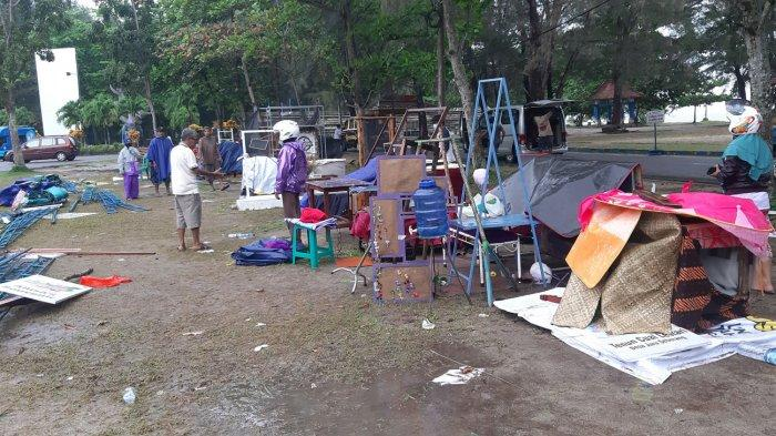 Tenda tempat berlangsung pameran Belitong Creative Week 2020 di Pantai Tanjungpendam, Belitung roboh diterjang angin kencang, Kamis (8/10/2020). (posbelitung.co /dede s)
