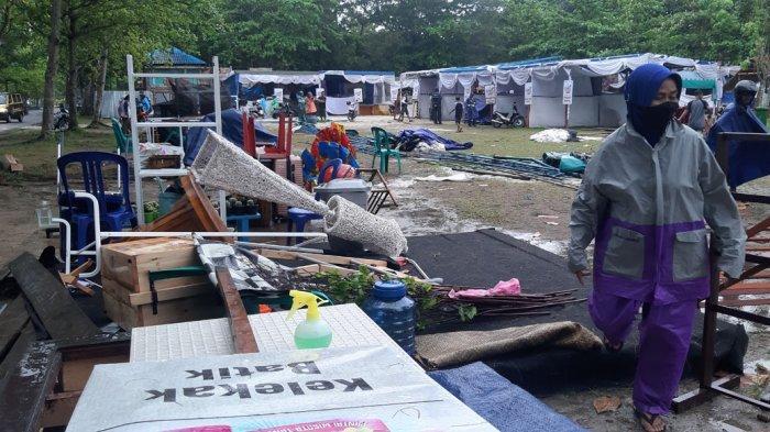 Mansyur Pasrah Melihat Angin Terbangkan Tenda Pameran di Pantai Tanjungpendam