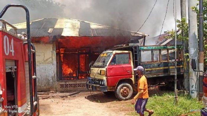 Mobil pemadam kebakaran saat memadamkan api di rumah Sarwan, Minggu (4/10/2020)