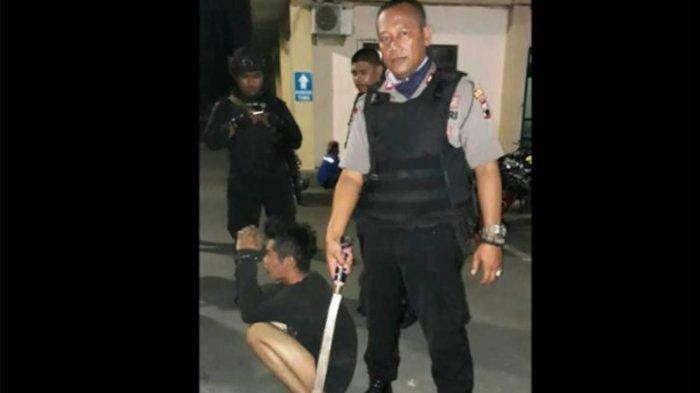 Bawa Parang, Dua Pemuda Ini Tendang Polisi, Begini Kisahnya
