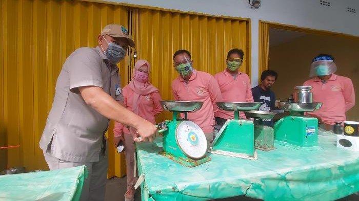 Tingkatkan Kepercayaan Konsumen, Puluhan Timbangan Pedagang di Pasar Manggar Ditera Ulang