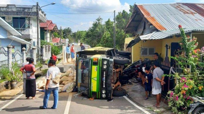Gagal Nanjak, Truk Mundur Hingga Hantam Rumah dan Dua Motor di Tanjungpandan