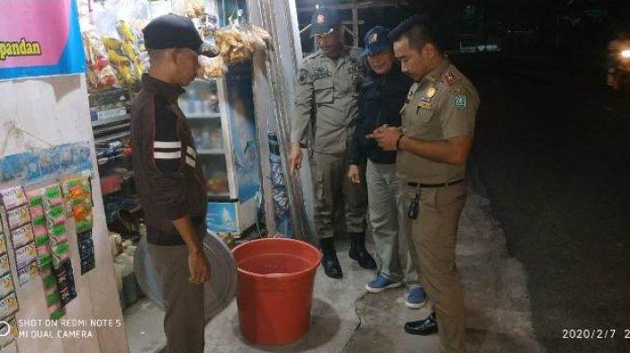 Temukan Tiga Ember Besar Minuman Tuak, Petugas Satpol PP Belitung Langsung Lakukan Penyitaan