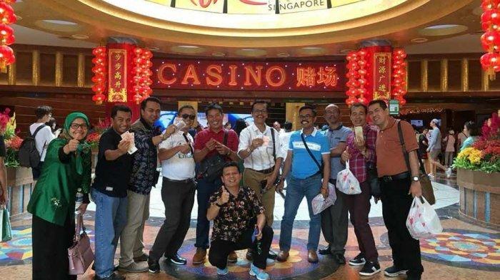 Pose Pamer Uang Dolar di Depan Kasino Singapura, Foto Anggota DPRD Viral, Mahfud MD Bereaksi