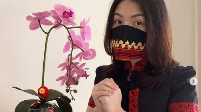 Rayakan Imlek, Tina Toon Unggah Foto Bergaun Cheongsam