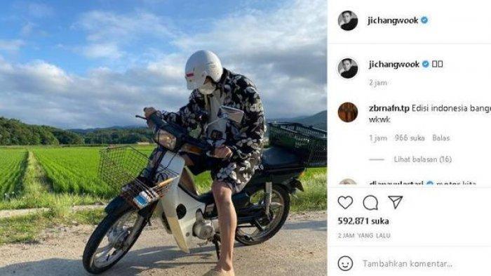 Ji Chang Wook Bikin Heboh, Pamer Potret Pakai Sandal Teplek Naik Motor Jadul di Pinggir Sawah!