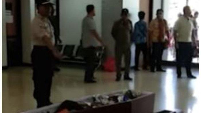Warga Unjuk Rasa Bawa Jenazah Korban Pengeroyokan ke Kantor Wali Kota Sorong