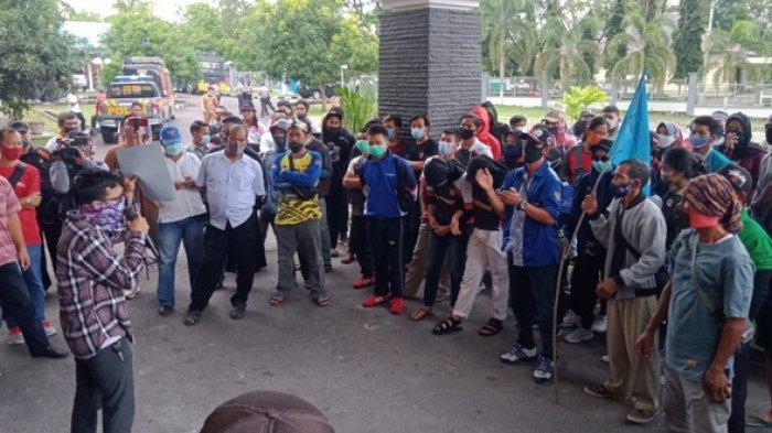 Aksi penyampaian deklarasi di halaman Gedung DPRD Kabupaten Belitung, senin (14/9/2020).