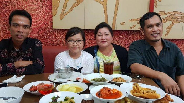 Ini Jawaban Ustadz Abdul Somad Ketika Diajak Foto Ibu Ini, Kemudian Dibayarin Tanpa Diketahui