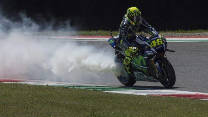 Rossi Acungkan Jari Tengah ke Espargaro, Gara-gara Ini