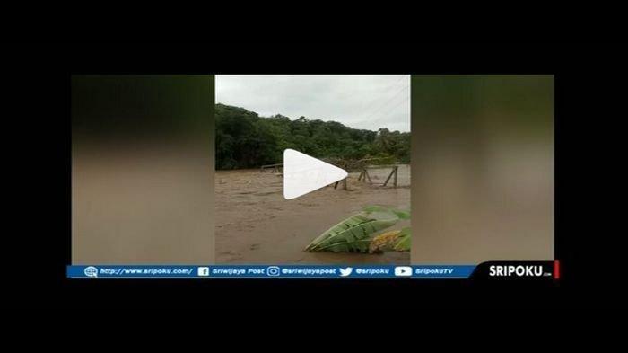 Video Jembatan Penghubung Antarkecamatan di Empatlawang Roboh Diterjang Luapan Sungai Musi