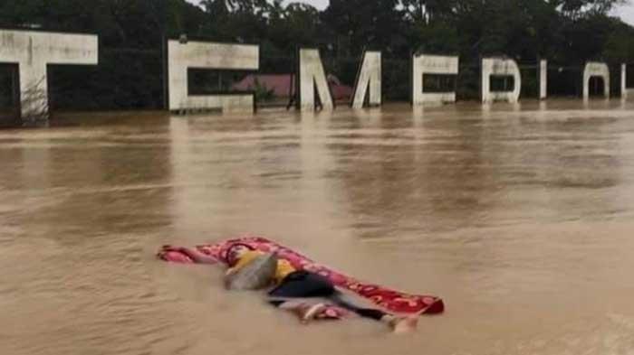 Pemuda Ini Tidur di Atas Kasur Terbawa Banjir, Ada Yang Menyamakan Dengan Momen Kapal Titanic
