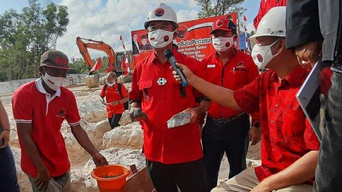 DPC PDI Perjuangan Belitung Timur Bangun Kantor - wakil-bendahara-dpp-pdi-perjuangan-rudianto-tjen-meletakkan-batu-pertama.jpg