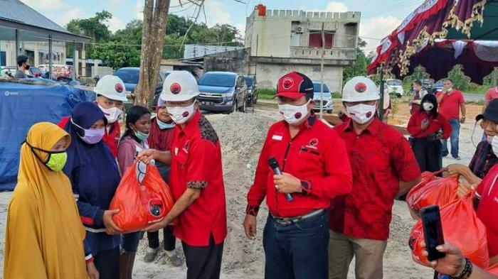 DPC PDI Perjuangan Belitung Timur Bangun Kantor - wakil-bendahara-dpp-pdi-perjuangan-rudianto-tjen-menyerahkan-bantuan-bahan-pokok.jpg