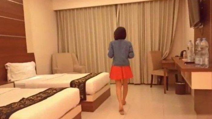 Rekaman Video Wanita Muda Satu per Satu Lepas Pakaian, Adegan Intim di Kamar Hotel Viral di Medsos