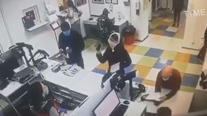 Tak Ada Malunya, Wanita Ini Copot Celana Dalamnya Buat Masker, Kesal Tak Dilayani saat Ambil Paket