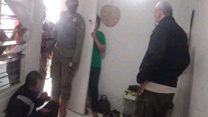 Wanita Tanpa Busana Sembunyi di Balik Pintu, Panik Digerebek Satpol PP, Ngaku Layani Pria Pijat Plus