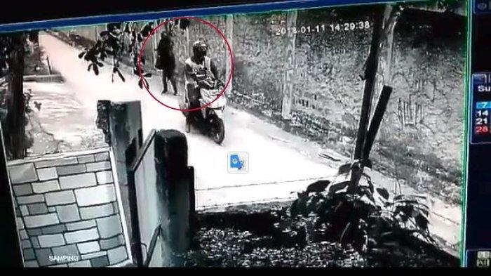 CCTV Rekam Cewek Digituin Pengendara Motor Lalu Lakukan Ini