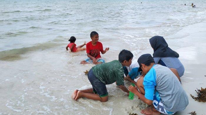 Asyiknya Warga Belitung Manfaatkan Momen Liburan ke Pantai Sambil Ngeremis dan Bersantai
