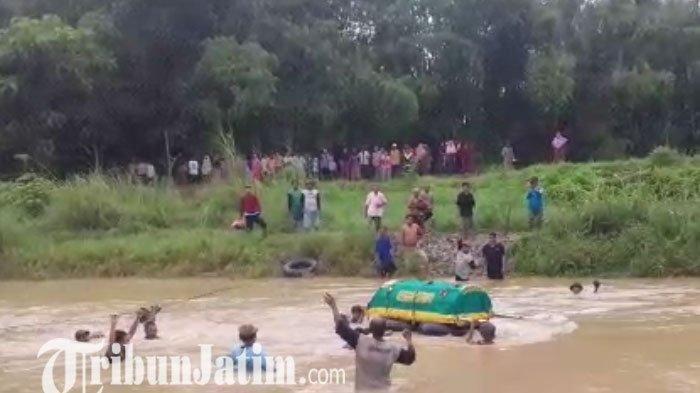 Tak Ada Jembatan, Jenazah Warga Gresik Terpaksa Dihanyutkan ke Sungai Menuju TPU
