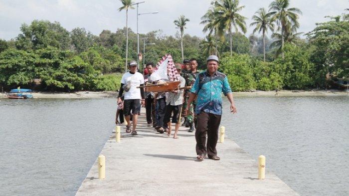 Wakil Bupati Belitung Timur Buka Selamat Laut, Ritual Adat di Pantai Gusong Cine - warga-desa-penyu-membawa-perahu-miniatur-yang-akan-di-lepas-di-tengah-laut_20180409_102624.jpg