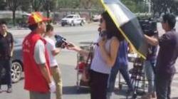 Wartawan Cina Diskors Gara-gara Wawancara Pakai Payung dan Kacamata Hitam