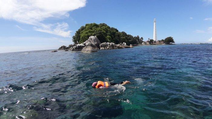 Turis Taiwan Mengaku Puas Nikmati Jernihnya Air Laut di Pulau Lengkuas Belitung