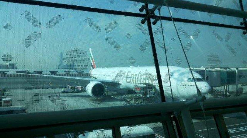 pesawat-emirates-di-bandara-internasional-dubai.jpg