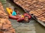 2-anggota-marinir-evakuasi-seorang-balita-saat-banjir.jpg