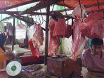 20210505-seorang-pedagang-daging-di-pasar-lipat-kadjang-manggar-menunggu-pembeli.jpg