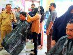 20210607-peserta-pelatihan-tata-rias-di-desa-aik-ketekok-sedang-belajar-memotong-rambut.jpg