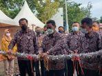 20210701-bupati-belitung-sahani-saleh-memotong-pita.jpg