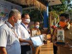 20210705-bupati-belitung-sahani-saleh-saat-memberikan-penghargaan-kepada-peserta-belitung-expo.jpg