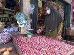 20210726-pedagang-bumbu-dapur-dan-sayuran-di-pasar-tanjungpandan.jpg