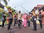 20210822-tradisi-pedang-pora-menyambut-kapolres-belitung-timur-yang-baru-akbp-taufik-noor-isya.jpg