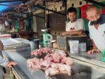 20210906-pedagang-daging-ayam-di-pasar-tradisional-tanjungpandan-baharun.jpg