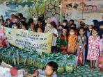 60-anak-anak-saat-mendapatkan-beras-dari-injab-dan-sijum-jumat-1232021.jpg