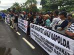 aksi-demo-nelayan-bangka-selatan-di-depan-polda-bangka-belitung_20180423_160200.jpg